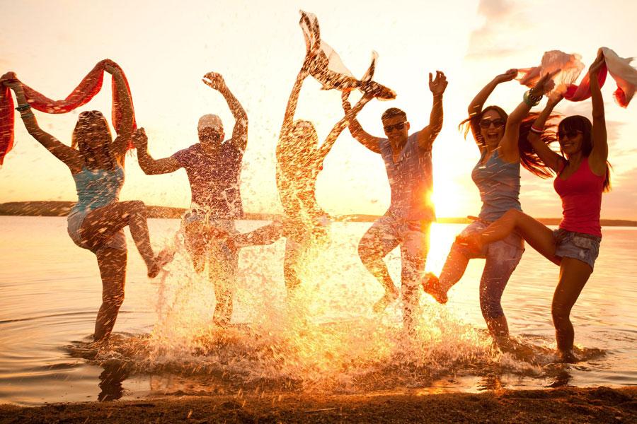 Jugendliche toben durchs Wasser