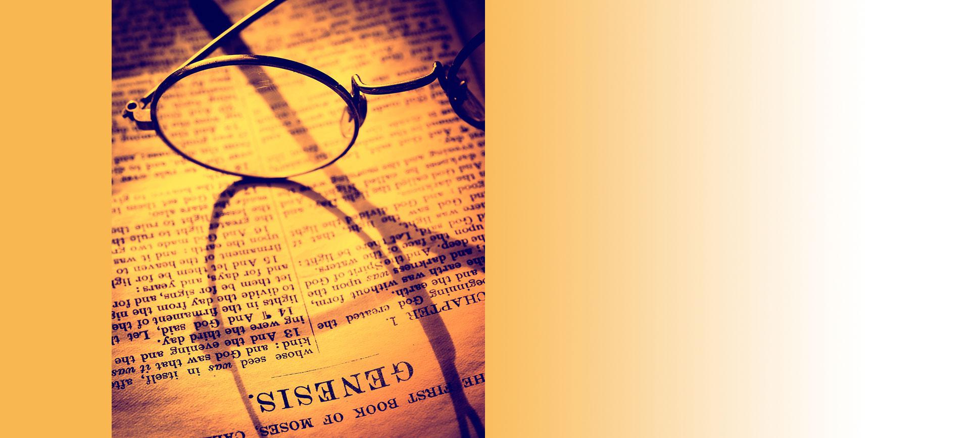 Brille auf Bibelseite
